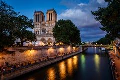 Собор и Река Сена Нотр-Дам de Парижа в вечере Стоковые Изображения RF