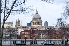 Собор Лондона - St Paul с passersbys в Великобритании, Великобритании стоковое фото