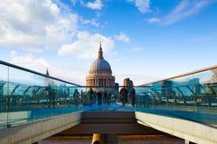 Собор Лондона St Paul Pauls от тысячелетия Стоковая Фотография