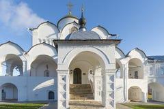Собор на монастыре St Pokrovsky был построен XVI век в Suzdal Золотое перемещение кольца России Стоковые Изображения RF