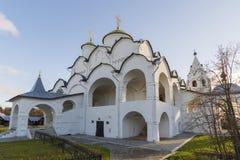 Собор на монастыре St Pokrovsky был построен XVI век в Suzdal Золотое перемещение кольца России Стоковое Изображение RF