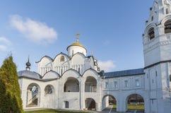 Собор на монастыре St Pokrovsky был построен XVI век в Suzdal Золотое перемещение кольца России Стоковая Фотография