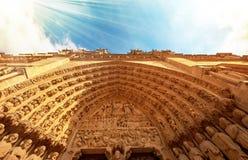 Собор Нотр-Дам в Париже Франции с золотыми световыми лучами Стоковые Фотографии RF
