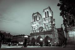 Собор Нотр-Дам осветил вверх на ноче в черно-белом стоковая фотография
