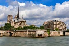 Собор Нотр-Дам de Парижа и парижское здание как увидено от Рекы Сена стоковое фото rf