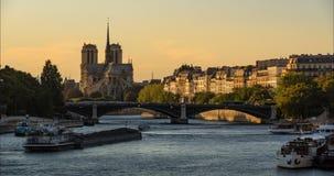 Собор Нотр-Дам de Парижа и Река Сена на после полудня лета Франция видеоматериал