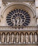 Собор Нотр-Дам de Париж - построенная французская готическая архитектура, и он среди большинств известных зданий церкви в мире стоковое фото rf