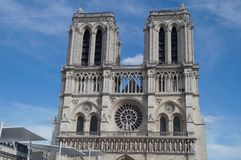 Собор Нотр-Дам de Париж - сожмите принимать визирования взгляда снаружи, без характера и дня Стоковое Фото