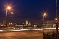 Собор Питера и Пола, мост дворца на ноче стоковая фотография rf