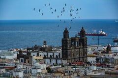 Собор Санта-Ана (святой Собор-базилики Canaries) в Las Palmas увиденном от холма Стоковые Изображения RF