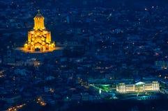 Собор святейшей троицы Тбилиси на ноче стоковое фото