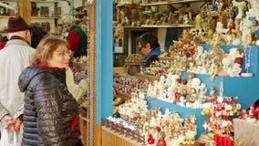 Собор традиционного рождества справедливый близко в Барселоне, Каталонии сток-видео