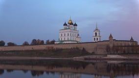 Собор троицы в Пскове Кремле в вечере в октябре Псков, Россия