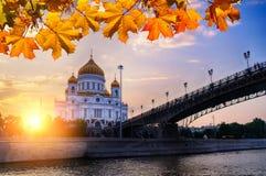 Собор Христоса спаситель и Patriarshy наводит на заходе солнца осени в Москве, России Стоковая Фотография RF