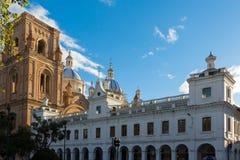Собор Cuenca и исторического builiding на заходе солнца Стоковые Изображения RF