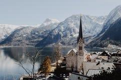 Собор Hallstatt с высокими горами на предпосылке и bl стоковые фотографии rf