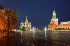 Собор Intercession (базилик St) и башня Spassky Mo стоковые фото