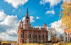 Собор Mozhayskaya St Nicholas на холме в солнечном дне, золотой осени стоковое фото rf