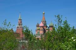 Собор Pokrovsky и Spasskaya возвышаются в Москве, России Стоковые Фотографии RF