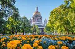 Собор ` s St Исаак в Санкт-Петербурге, цветках на переднем плане Стоковое Изображение