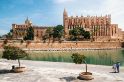Собор Santa Maria Palma и дворца Almudaina Ла королевского стоковые фотографии rf