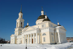 Собор Spaso-Preobrazhensky в городе Nevyansk, колокольни и башни склонности зима 2010 в январе России городского пейзажа moscow - Стоковые Изображения RF