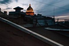 Собор St Исаак в Санкт-Петербурге, взгляде от крыши города на заходе солнца стоковое фото