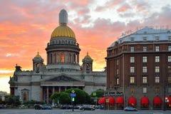 Собор St Исаак и гостиница Astoria под малиновым заходом солнца Стоковые Фото