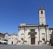 Собор St Emidio в квадрате Arringo самый старый монументальный квадрат города Ascoli Piceno Стоковое Изображение