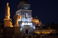 Собор St Michael Золот-приданный куполообразную форму на ноче Киев, Украин Стоковое Изображение