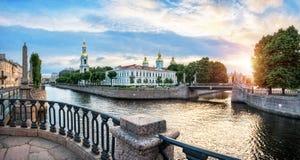 Собор St Nicholas с колокольней на канале Kryukov стоковые изображения rf