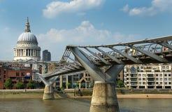 Собор St Paul и мост тысячелетия в Лондоне Стоковая Фотография RF