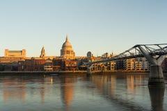 Собор St Pauls и мост тысячелетия, Лондон Стоковое фото RF