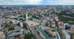 Собор St Sophia и St Sophia придают квадратную форму городскому пейзажу в Kyiv Украины сток-видео