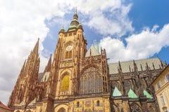 Собор St Vitus в Праге в красивом летнем дне стоковое изображение rf