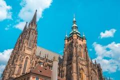 Собор St Vitus в Праге в красивом летнем дне стоковые изображения rf