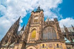 Собор St Vitus в Праге в красивом летнем дне стоковые изображения