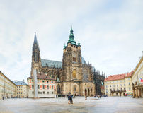 Собор St Vitus окруженный туристами в Праге Стоковые Изображения