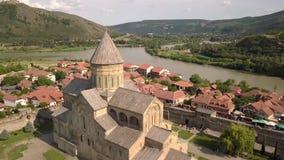 Собор Svetitskhoveli воздушного быстрого footoge движения правоверный и исторический и touristic городок Mtskheta, около Тбилиси, акции видеоматериалы
