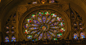 Собор Toledo Испания цветного стекла оружий пальто Иисуса розового окна Стоковые Фотографии RF