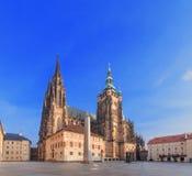 Собор Vitus Святого в Праге, взгляде низкого угла Стоковые Изображения