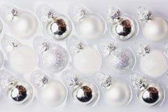 Собрание белизны и шариков рождества серебра в коробке Стоковое Изображение RF