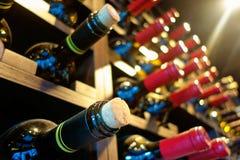 Собрание бутылки вина в шкафе над головой Стоковое фото RF