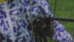 Собрание велосипеда Ремонтировать механика катит внутри мастерскую ` s велосипеда Механик ремонтируя велосипед в мастерской Магаз акции видеоматериалы