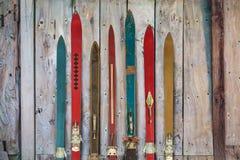 Собрание винтажного деревянного выдержанного ski& x27; s стоковые фотографии rf