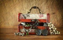 Собрание винтажных ювелирных изделий в античной деревянной шкатулке для драгоценностей Стоковые Фотографии RF