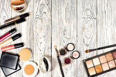 Собрание косметик для порошка, пигментов, яркого блеска, щеток и карандаша для глаз художника состава фото студии на деревянной п Стоковое фото RF