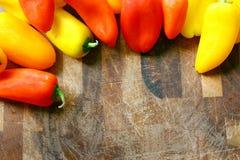 Собрание красных и желтых сладостных перцев гранича деревянное Cutt Стоковое Изображение RF
