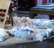 Собрание красочных шарфов на таблице стоковые фотографии rf
