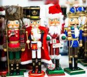 Собрание оловянного солдатика Щелкунчика рождества figurine деревянного традиционного для украшения рождества стоковые фотографии rf